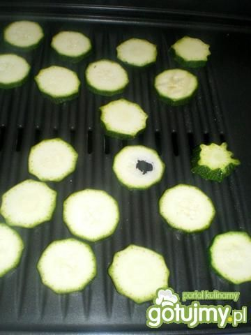 Sałatka z grillowaną cukinią.