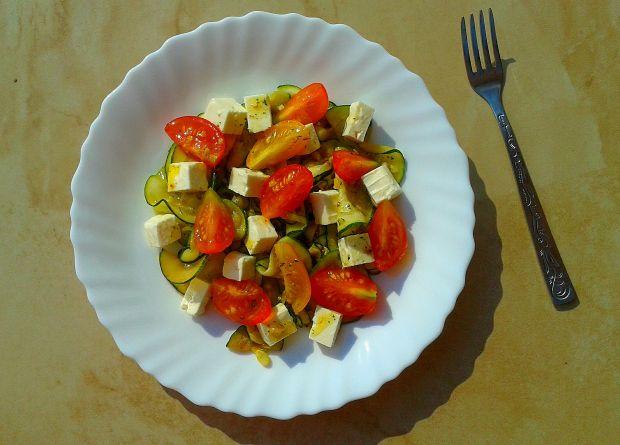 Sałatka z grillowaną cukinią, pomidorami i fetą