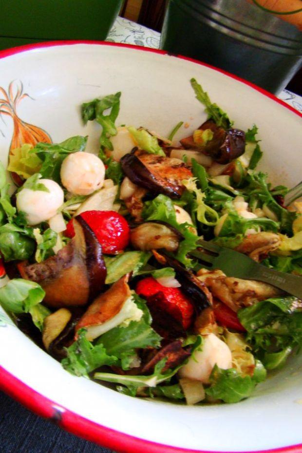 Sałatka z grillowanym bakłażanem i truskawkami