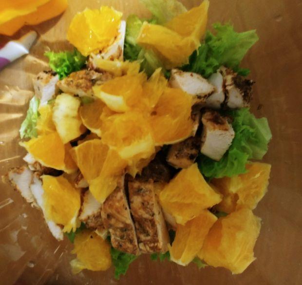 Sałatka z grillowanym kurczakiem i pomarańczą