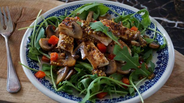 Sałatka z grillowanym kurczakiem, pieczarkami