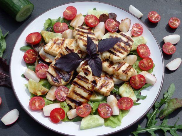 Sałatka z grillowanym serem halloumi i warzywami