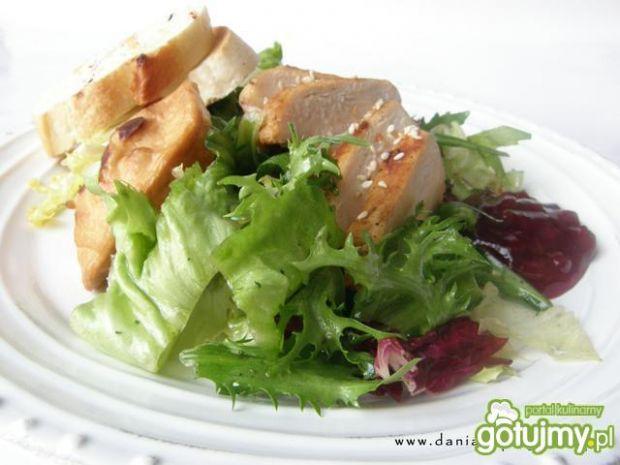 Sałatka z grilowanym oscypkiem i borówką