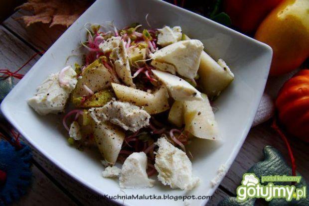Sałatka z gruszki z feta i kiełkami