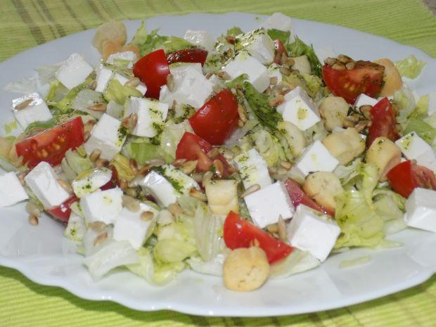 Sałatka z grzankami i pomidorkami