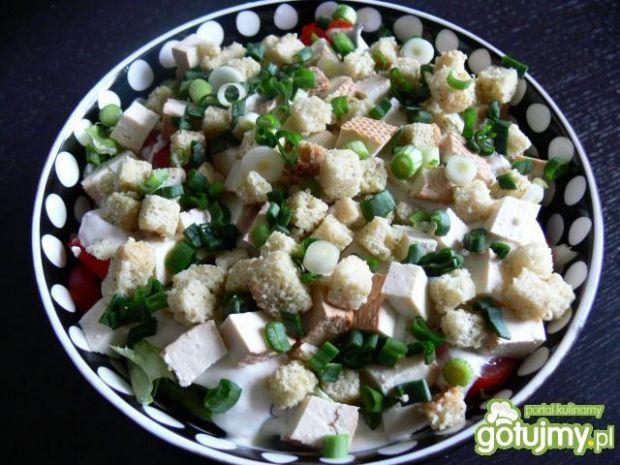Sałatka z grzankami i wędzonym tofu