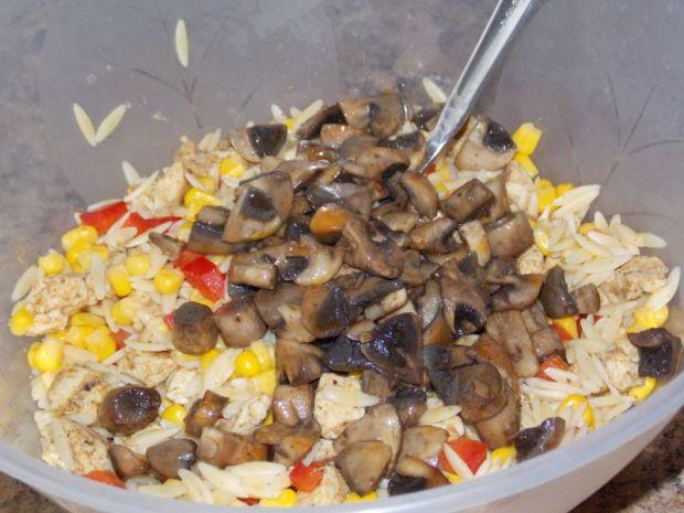 sałatka z makaronem ryżowym i kurczakiem gyros