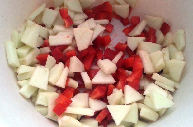 Sałatka z jabłkiem i brzoskwinią
