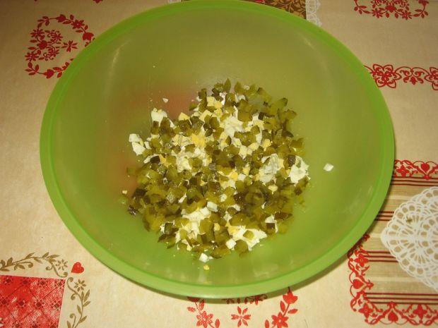Sałatka z jajkiem, brokułami i szynką