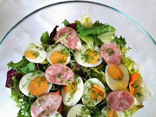 Sałatka z jajkiem i białą kiełbasą