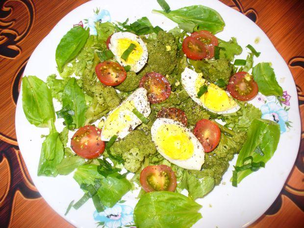 Sałatka z jajkiem i brokułem