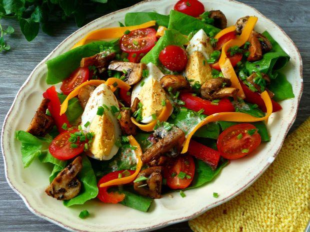 Sałatka z jajkiem i pieczarkami