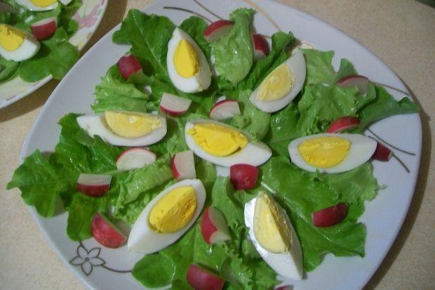 Sałatka z jajkiem i sosem chrzanowym