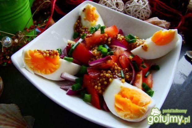 Sałatka z jajkiem i sosem francuskim