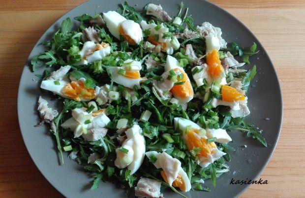 Sałatka z jajkiem i wędzoną makrelą