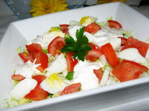 Sałatka z jajkiem pomidorem i pekinką