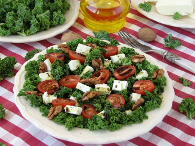 Sałatka z jarmużem i  serem bałkańskim