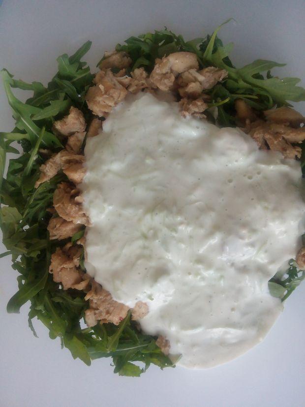 Sałatka z Jarmużem kurczakiem.i sosem tzatziki