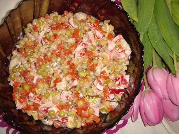 Sałatka z kabanosem,papryką,groszkiem i cieciorką