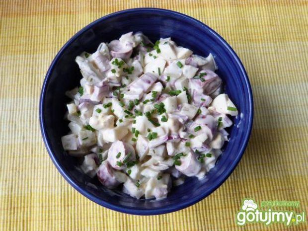 Sałatka z kabanosów, jajek i cebuli
