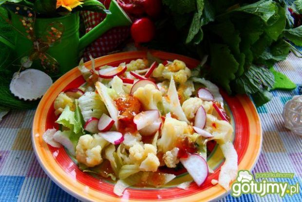 Sałatka z kalafiora z sosem chilli słod