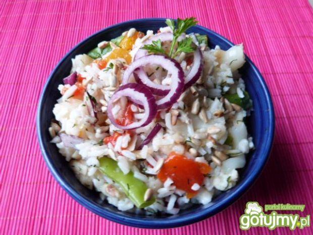 Sałatka z kalafora, ryżu i papryki