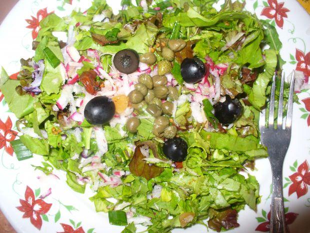 Sałatka z kaparami, oliwkami i rzodkiewką