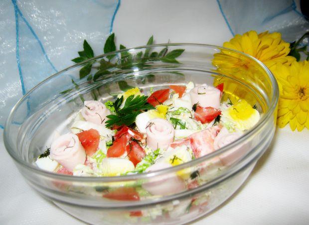 Sałatka z kapustą,szynką i pomidorem