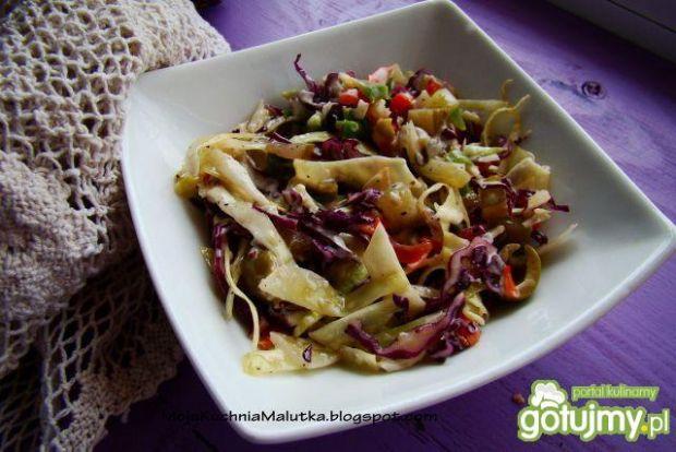 Sałatka z kapusty z majonezem i oliwkami