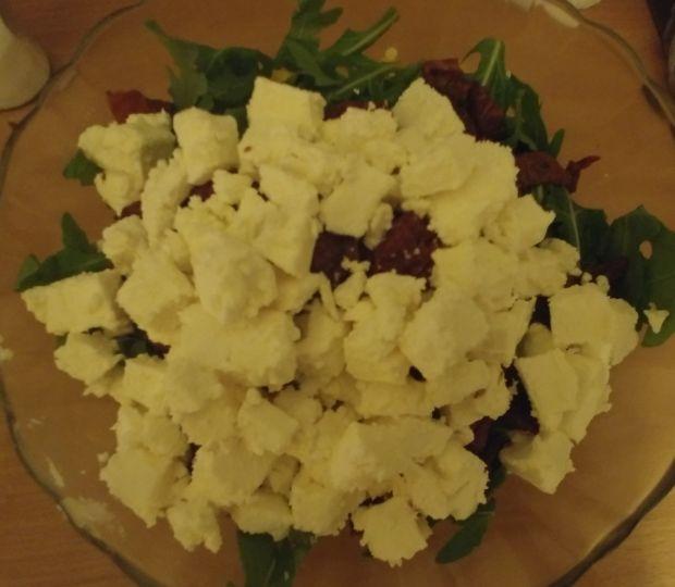 Sałatka z kaszą bulgur, papryką, fetą i rukolą