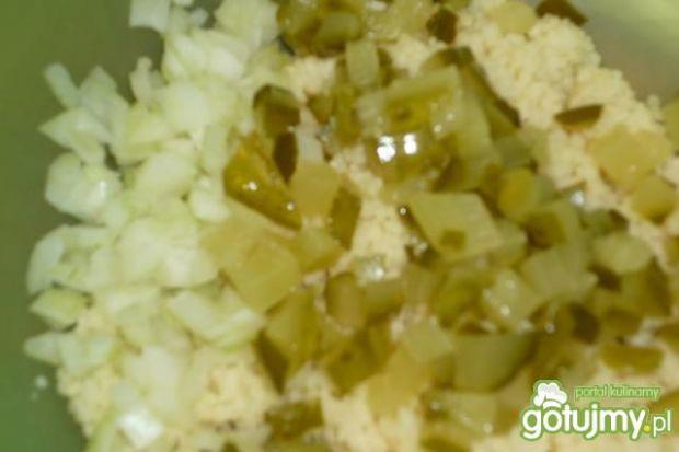Sałatka z kaszą kuskus i makrelą wędzon