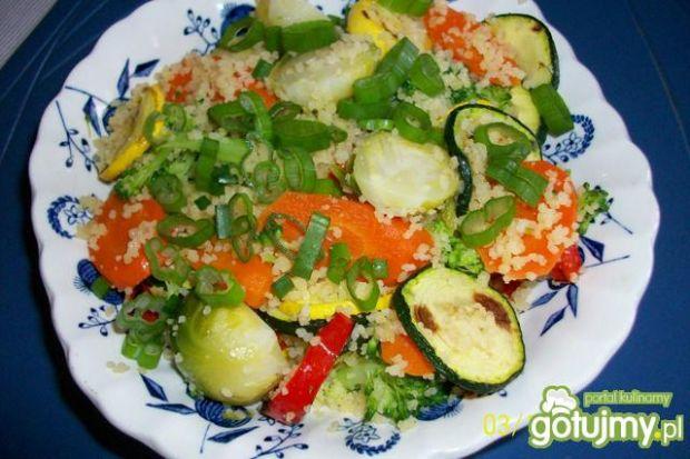 Sałatka z kaszą kuskus i warzywami :)