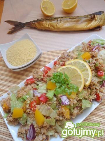 Sałatka z kaszą kuskus i wędzoną makrelą