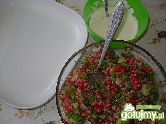 Sałatka z kaszy gryczanej podana z sosem