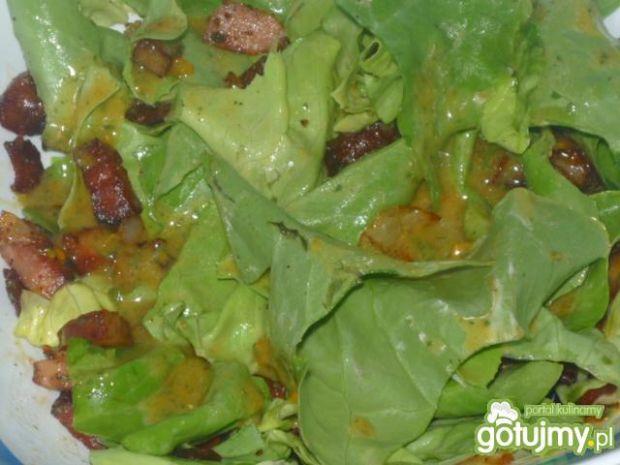 Sałatka z kiełbasą i cebulą