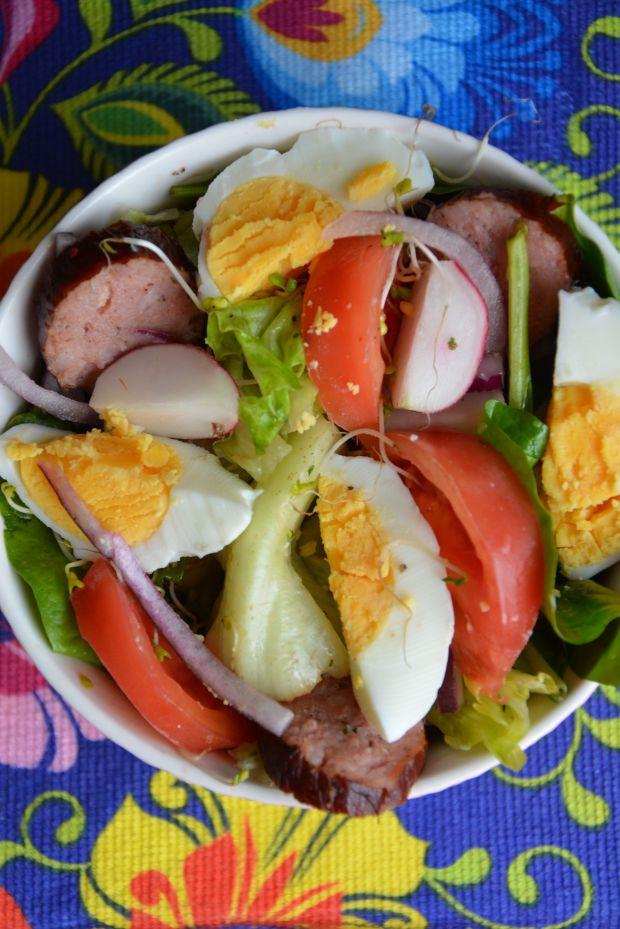 Sałatka z kiełbasą i jajkiem