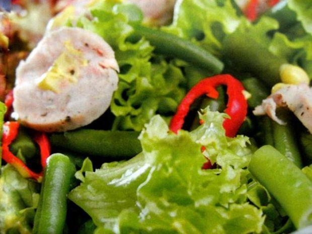 Sałatka z kiełbasą w miodowym  sosie