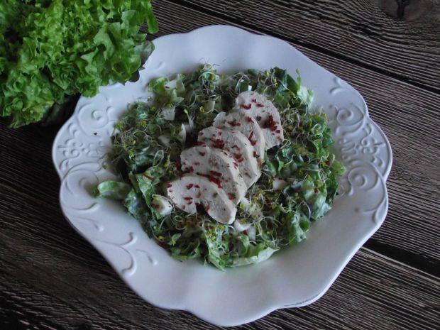 Sałatka z kiełkami brokuła i gotowanym kurczakiem