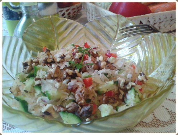 Sałatka z kiszonej z papryka i orzechami