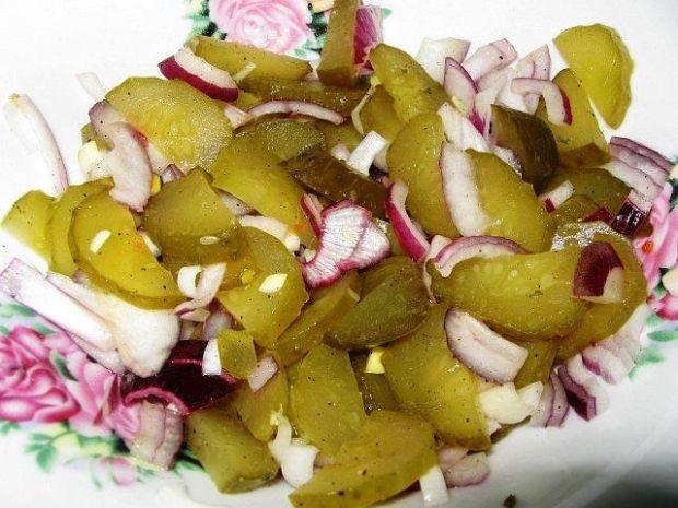 Sałatka z kiszonych ogórków i cebuli