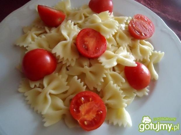 Sałatka z kokardkami i pomidorkami