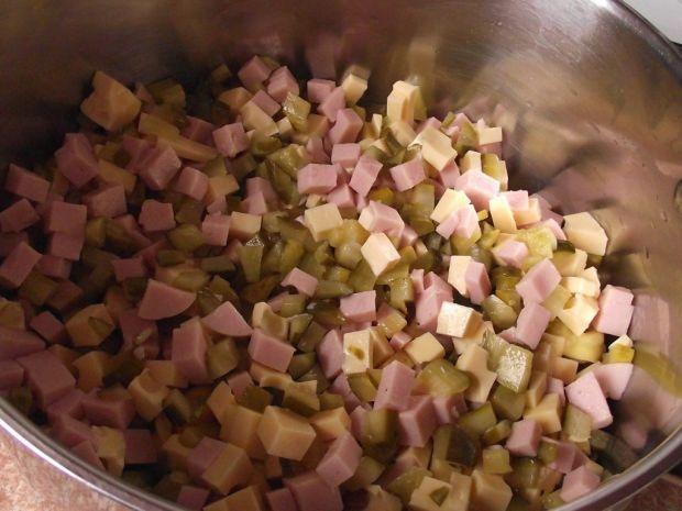 Sałatka z kolorowym tortellini  i czarną fasolą