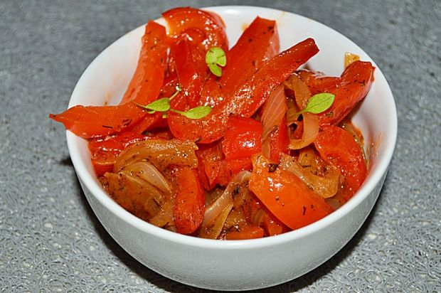 Sałatka z konserwowej papryki i cebuli w ketchupie