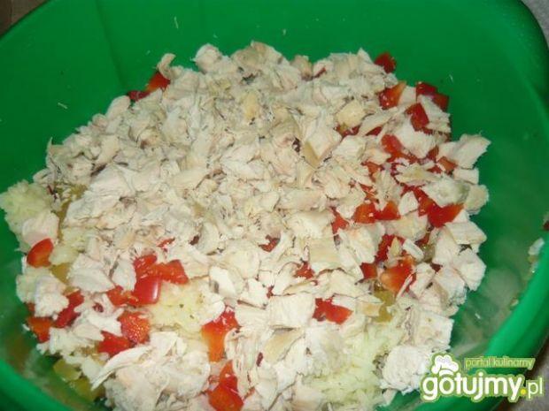 Sałatka z kurczaka i fasoli.