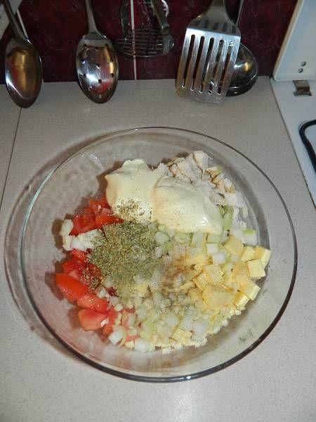 Sałatka z kurczaka,żółtego sera i pomidorów
