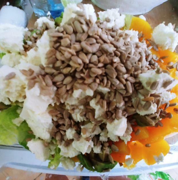 Sałatka z kurczakiem, brzoskwiniami i awokado