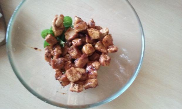 Sałatka z kurczakiem, fetą i czerwoną fasolą