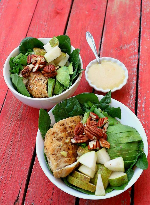 Sałatka z kurczakiem, gruszką i awokado