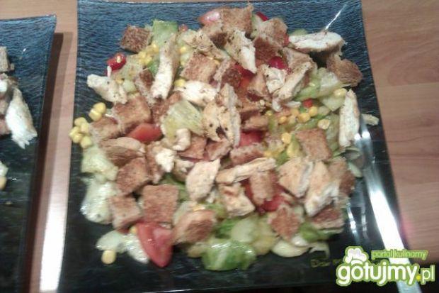 Sałatka z kurczakiem i grzankami 4
