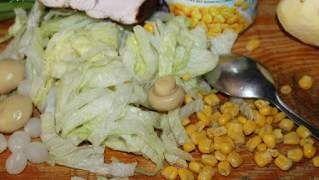 Sałatka z kurczakiem i marynowanymi cebulkami